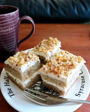 サワークリームのコクとバナナの豊かな風味を楽しむことができるケーキは、味の馴染む二日目くらいからが美味しいそうです。コーヒーがよく合うお味のケーキです。