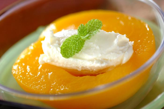 缶詰の黄桃にサワークリームをトッピングしただけという、非常にシンプルなスイーツです。急な来客で、何もない!というときにもお洒落な雰囲気を演出することができるデザートになります。
