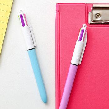 旅ノートをつけるのに、ボールペンは欠かせません。こちらの4色ボールペンは、パステル系の鮮やかな発色が特徴です。文章を書くことはもちろん、風景を描いたり、装飾を加える際に便利ですよ◎見た目も可愛いので、旅行中に持ち歩くのもいいですね♪