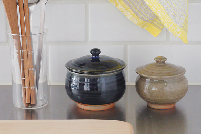 石見(いわみ)焼で出来た小さなボンボニエール(蓋つぼ)。 ぽってりとしたフォルムと、とろみのある色合いがとても素敵で、うっとり見とれてしまう可愛らしさ。