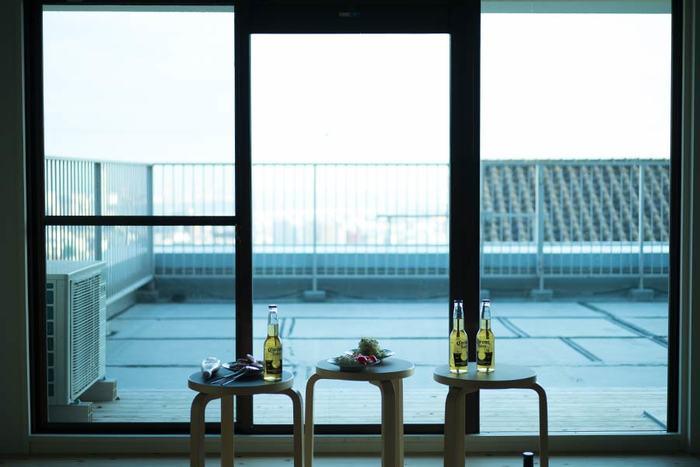 窓や網戸を手軽に掃除するためのコツをご紹介しました。今年はキレイな窓・網戸で、心地よい夏の風をお部屋の中に呼び込んでみませんか?