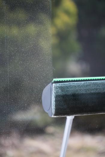 充電式の窓用の掃除機もあります。こちらはコーボルトのウィンドークリーナー。窓の表面をさっとひと拭きするだけで、すっきりとキレイに!