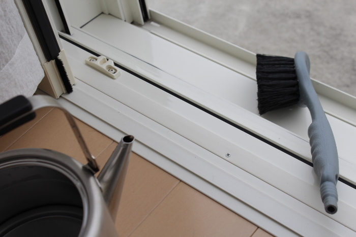 広めのサッシは、洗車用のブラシがおすすめです。水を掛けたら、まずは靴用ブラシを使って細かい汚れをかき出します。その後、洗車用ブラシで広い面の汚れを洗い流していきましょう。