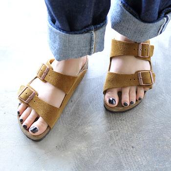 不動の人気のビルケンシュトックの「ARIZONA」。さらに柔らかな履き心地を実現したソフトフットベッド使用のモデルです。足への負担が軽く、通気性も抜群ですので、夏のお出かけにはぴったり。