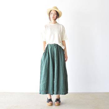 ナチュラルな風合いのリネンのワイドパンツ。一見スカートにも見えるデザインで、大人の女性らしさを引き立てる美しいシルエットが特徴。リネンの洗いざらしの風合いも自然で、バカンスにもぴったり。