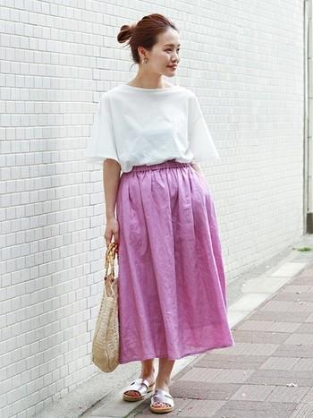きれいめカラーのスカートに、シルバーのきらめくサンダルが軽やか。全体的にフェミニンな印象が、足もとをサンダルにするだけでまた違った雰囲気にしてくれますね。