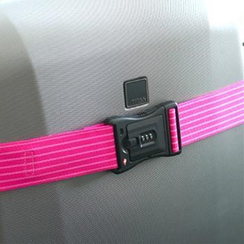 たっぷり入ったスーツケースもがっちり押さえてくれるスーツケースベルト。アメリカ運輸局が認めたTSAロック付きで、万一検閲が必要になっても、職員が専用キーで開錠し、また施錠してくれます。