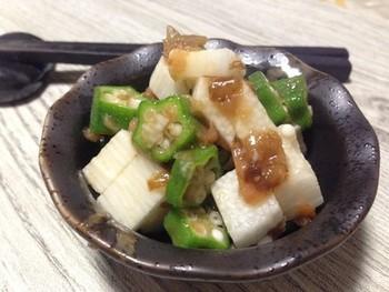 梅干しにオクラや長芋といった植物性のスタミナ素材を取り入れた和え物のレシピ。食欲が落ち始めた頃でも食べやすいあっさりメニューです。