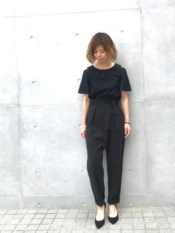 シンプルな黒のワントーンコーデも、ベルと付ハイウエストデザインやカッティングTシャツなど個性的なものを選ぶと、ひとひねり加えたスタイルに。