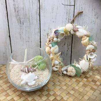 貝殻を使ったディスプレイは涼しい風を運んできてくれそう。玄関に飾れば、訪れたお客様にも涼しさをお裾分けできますね。海の音が聞こえてきそうな涼やかさあふれるアイテムです。