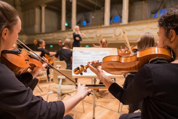 特に一流の演奏者や指揮者のクラシック音楽をじっくり聴き入ってみてください。その旋律の美しさや演奏力の高さ、浮かんでくる風景に、きっと心打たれることでしょう。  今回は多くの作曲家の中でも、時代を超えて人気の高いラフマニノフ、ドビッシー、ショパン、チャイコフスキーの音楽の世界へ、ともに旅に出かけましょう。
