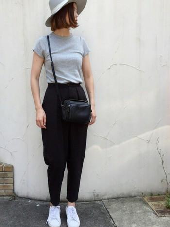 グレーTシャツ×黒パンツの組み合わせは、色のコントラストが緩やかになるためソフトな雰囲気にのモノトーンコーデに。パンツ以外のトーンを明るめにすることで、黒パンツスタイルも軽やかな印象に仕上がります。