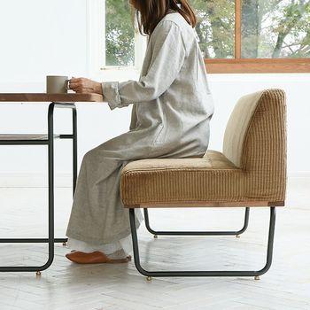 高い座面としっかりとした座り心地で、テーブルとの相性はばっちり。ちょっとしたデスクワークも、もちろん快適にこなす事ができます。