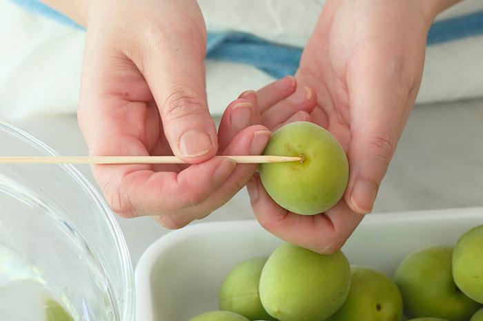最後の仕上げとして、梅のヘタを取り除きます。竹串や爪楊枝などを使い、梅に傷がつかないよう、ひとつづつ丁寧に行いましょう。