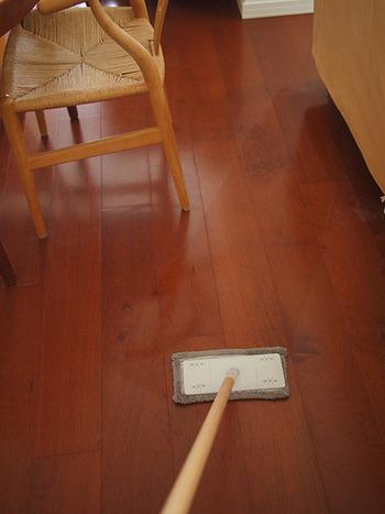 虫除けスプレーを使って、床掃除をしましょう。ハッカ油にはリラックス効果もあるので、暑い日の面倒なお掃除タイムのイライラを鎮めてくれそう。また、ハッカの殺菌力や消臭力で、裸足でぺたぺた歩く夏の床もさっぱりします。