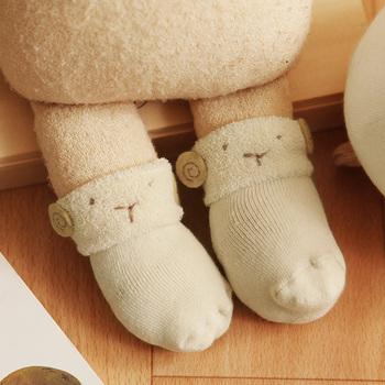 見ているだけでママも癒されてしまうひつじの顔が刺繍されたパイルソックス。小さな耳がとってもかわいいですよね。赤ちゃんの靴下はすぐに脱げてしまいがちですが、足首が二重になっているので簡単には脱げないようになっているところがポイントです。