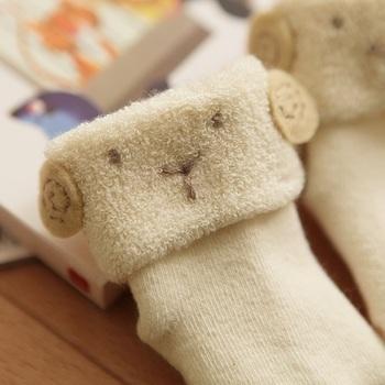小さな目と口は刺繍でつけてあります。オーガニックコットンの糸を使用して、すべて国内で行われているところも安心できますね。生地は少し厚めなので、真夏の冷房対策や、電車の中など急に気温差が激しくなる場所で履かせてあげる事ができるのでおすすめです。