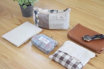 バッグの中身の整理収納は、「中身を全部出す」「用途別にグルーピング」「向きをそろえて収める」の簡単3ステップです。お部屋の整理収納をギュッと凝縮したようなイメージをしていただくと、分かりやすいかもしれませんね。何を持っているのかを把握し、何を持つべきなのかを見極め、適切に収めるだけで、バッグの中が見違えますよ。