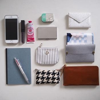 次は、ステップ①で分別した必要なものを用途別にグルーピングしていきます。お財布や鍵などの必需品、メイク直しに必要なもの、ノートや筆記具などの仕事に使うもの。用途ごとにグルーピングできたら、それぞれをバッグインバッグやポーチ、ケース類に収納します。