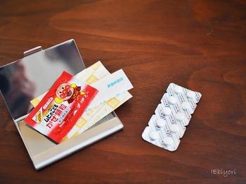 何が起きるか分からない現代ですから、いざというときの備えは怠りたくないもの。とは言え、あれもこれもと詰め込むのはスマートではありません。外出先でのアクシデントにも最低限対応できるよう、名刺ケースに絆創膏や痛み止めなどのお薬を入れ、ミニ救急箱として携帯するのがおすすめです。硬さのあるケースなら、バッグやポーチの中で潰れてしまうことも防げます。