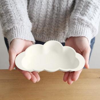 赤ちゃんの手の形にちょうどフィットさせているかのような雲のデザイン。横からママが食べさせてあげる時でもとても持ちやすいお皿です。