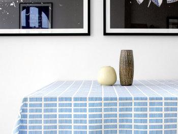 デンマークの女性たちに愛される「Rosenberg Cph(ローゼンバーグ コペンハーゲン)」の、夏らしいテーブルクロス。窓・床・壁のタイルなど、建物を元にしたデザインが特徴です。整列している1本1本の線は手書きで描かれており、よく見るとハンドメイドならではのいびつな感じが温かみを感じるアイテム。夏にぴったりの爽やかでやさしい色味を使ったシンプルデザインなので、シーンを問わずに使用できます。撥水加工が施されており、水や汚れが付きにくくなっているので日常使いにぴったりです。