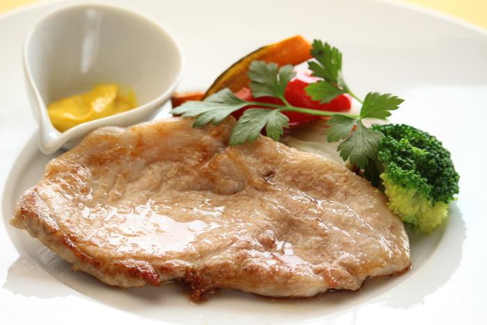 牛肉だけでなく、ポークソテーもおすすめ料理の一つです。マスタードをつけて食べると、また一味違った旨味を味わう事ができます。