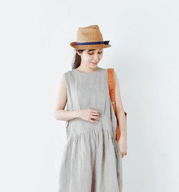 手紡ぎ、手織り、全工程を手作業で仕上げられた伝統ある生地「KHADI LINEN」を使用した、ノースリーブワンピース。大人らしい夏素材のリネンを使い、どこか都会的でおしゃれな風合いに仕上がっています。リネン特有のすとんとしたシルエットで、とても楽ちんに着られるので夏の間中、大活躍間違いなしのアイテムです。