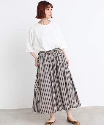 何にでも合わせやすい、白の無地Tシャツ。ストライプのワイドパンツや柄スカートなど、インパクトの強いボトムスと合わせると、シンプルTシャツが旬コーデに早変わりします。