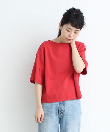 「一枚でも、重ね着でも使える」をコンセプトに作られた、シンプルな無地Tシャツです。アカやイエローなどを含む8色展開で、身幅があり、袖丈長めのTシャツは、ゆったり着られて着回し力も抜群。ついつい色違いで揃えたくなるアイテムですね。