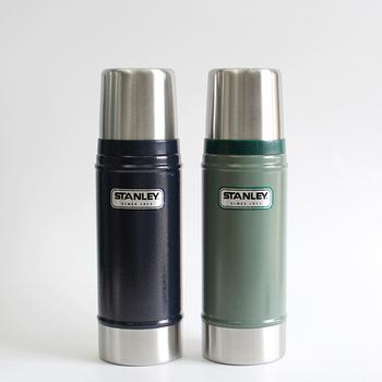 アメリカを代表する、ボトルや水筒の人気ブランド「STANLEY(スタンレー)」。軍隊でも使用されているほど信頼の厚いメーカーです。  クラシックデザインが大人っぽさを感じさせる水筒は、落としても焦げても使い続けられるほど高い耐久性を持っています。アウトドアでも気兼ねなく使えるのも、人気の秘密のようですね。