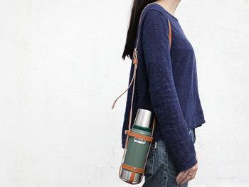 こちらは「スタンレー クラシックハーフボトル」専用の、レザーストラップ。持ち歩きやすい水筒が欲しいとお考えの方は、ストラップとセットで使うとおしゃれで持ち歩きやすい水筒ライフが叶います。
