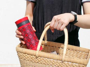 """ストーブや魔法瓶などで有名な、アメリカのメーカー「ALADDIN(アラジン)」。メーカー内でも人気の高い""""赤いタータンチェックの水筒""""が、タンブラーとして復活しました。レトロデザインを再現しつつ、ステンレスの二重構造で機能性はアップ。毎日持ち歩いたり、ピクニックに持っていったりと、色々な場面で使いたくなるアイテムです。"""