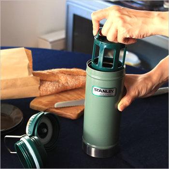 アウトドアで美味しいコーヒーが飲みたいという人には、「STANLEY(スタンレー)」の、トラベルプレスがおすすめ。フレンチプレスが真空断熱ボトルにセットになっているので、コーヒー豆とお湯さえあれば、どこでも淹れたてのコーヒーが楽しめるんです。  もちろんフレンチプレスを外せば、通常の真空断熱ボトルとして使用することもできますよ。