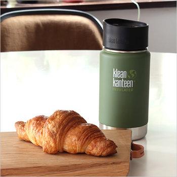 """「Klean Kanteen(クリーンカンティーン)」は、高品質なステンレス製ボトルを作っているブランド。2004年に創立した当初から""""健康を意識した安全でエコフレンドリーな製品""""をブランドコンセプトとして掲げています。  こちらは片手でつまみをひねるだけで飲めるタイプのボトルなので、保温・保冷効果はもちろん、飲みやすさにも定評があります。"""