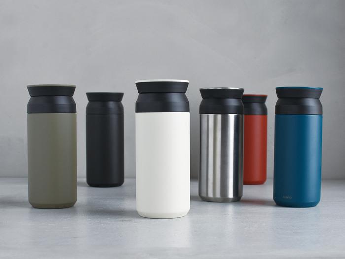 シンプルなデザインが魅力的な「KINTO(キントー)」のトラベルタンブラーは、ステンレスの二重構造で保温・保冷効果を6時間以上期待できるという優れもの。グラスやマグで飲んでいるような飲み口にもこだわり、ネジなどの突起を飲み口から一切排除しているのも人気のポイントです。