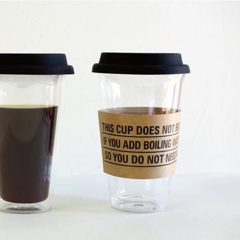 洗練された見た目が印象的な、「PUEBCO(プエブコ)」のガラス製タンブラー。耐熱ガラスを使用して作られているので、熱いコーヒーでも気軽に持ち歩ける使用になっています。シリコンの蓋を外して使えば、大きめのグラスとして活用することもできる便利アイテムです。
