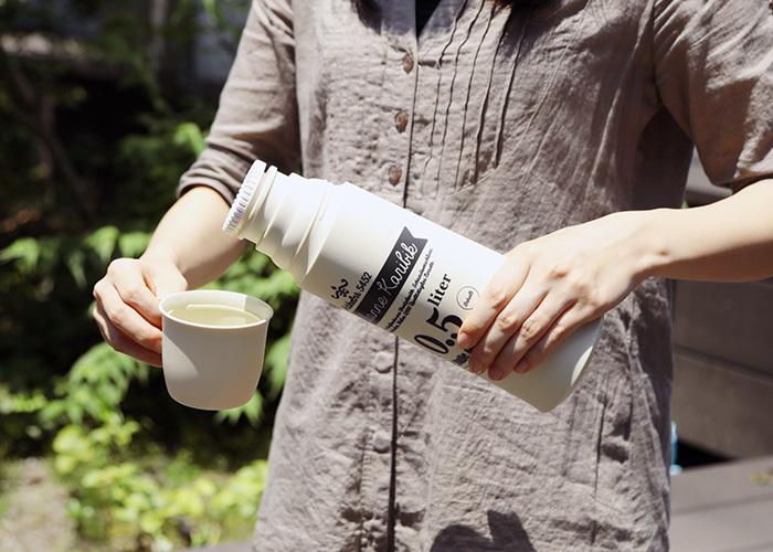 こちらは「helios(ヘリオス)」の、レトロなロゴデザインがキュートな水筒です。二重になったガラスの間を真空にし、保温・保冷効果に優れた魔法瓶を作り上げました。フタとして付属しているコップに、飲み物を注いで使えるため、子ども用としても扱いやすいアイテムですね。