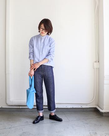 爽やかなブルーのストライプシャツに、濃色デニムパンツを折り返して合わせたコーディネートです。少し長さのあるシャツは、ウエスト周りをたるませてタックインすると好バランスな着こなしに。