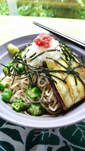 おそばとナスを組み合わせて、さっぱりしながらも食物繊維がしっかり摂れるメニューです。ナスを軽く油でソテーしてあるので腹持ちもアップしています。
