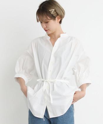 「シャツ×デニム」はシンプルでベーシックな服装。いつもこの2アイテムを合わせていれば、シンプルな着こなしがしたいという願いを簡単に叶えることができます。ちょっと飾りたい気分のときは、アクセサリーや小物をプラスすればOK。