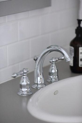 洗面所やトイレなどの水回りは使うたびに、軽く拭いたり、こすったりする習慣をつけておくと、きれいを長く保つことができます。見栄えのいいカワイイスポンジなどを常備しておくといいですね。