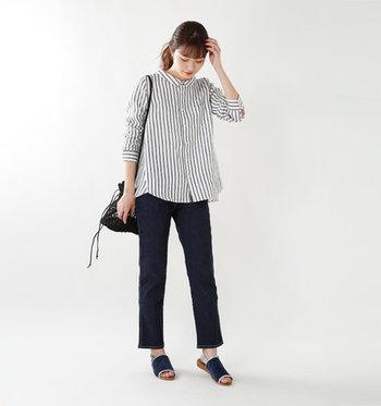 ストライプのモノトーンシャツに、濃色デニムパンツを合わせた大人っぽい着こなしです。オフィスカジュアルとしても着回しできそうな組み合わせは、小物も黒系でまとめてシックな雰囲気に。
