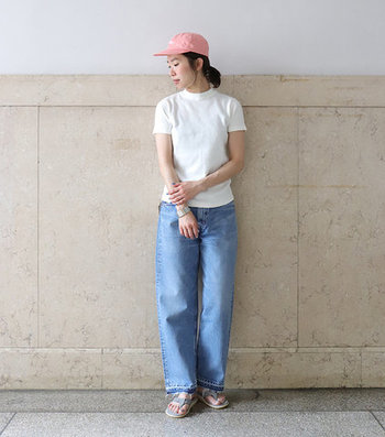 ワイドシルエットのテーパードデニムは、ハイウエストな着こなしも楽しめる一枚。シャツのタックインなどで、カジュアルミックスな雰囲気を楽しめるデニムパンツです。