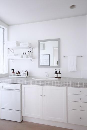 清潔感溢れるパウダールーム。淡いグレーのタイルが可愛らしい空間です。色は極力抑えて、白とグレーと黒のみでまとめられています。白の分量が多く、爽やかですね。