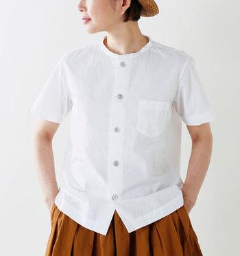 夏にぴったりの薄手の生地なのに、ハリのある素材感がきちんと感をアピールしてくれる一枚。首回りがすっきりするバンドカラーのシャツは程よくカジュアルに着こなせます。