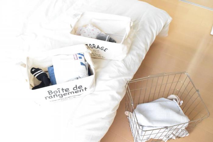 取り込んだ洗濯ものを家族それぞれの部屋に運んで、しまうのは案外手間ですよね。家族が集まるリビングに、家族それぞれのかごを用意し、自分で部屋に運んでしまってもらうように決めておくと大きな時短になります。