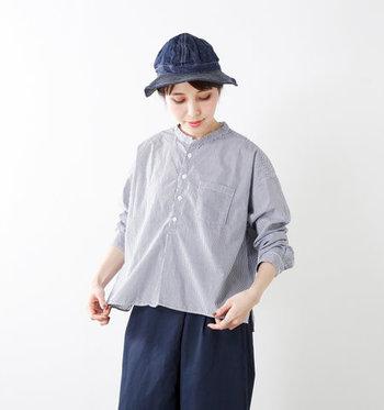キリっと立ち上がった襟が、メンズライクな印象を与えるスタンドカラーシャツ。ストライプデザインのシャツは、一枚あると制服化コーデでも便利に着回せます。そのまま着ても、ボタンを開けて羽織感覚で使っても◎