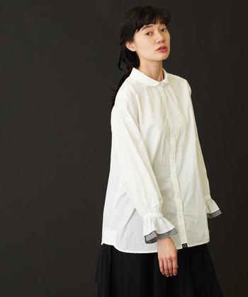 国内生地を素材に使うことや、国内縫製にこだわって作られたというこちらのシャツ。袖口を2枚重ねにしているため、フリルのようなデザインが女性らしい印象を与えてくれます。レイヤードした袖からちらりとフリルを覗かせるのも素敵です。