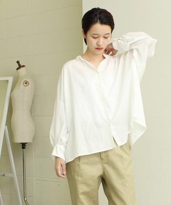 ゆったりシルエットで着られる、麻とコットン素材で作られたシンプルシャツ。かっちりし過ぎる白シャツはオフィス感が出てしまうので、私服の制服化にはゆとりや抜け感のあるシャツを選ぶのがおすすめです。